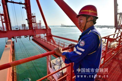 罗健站在60多米高的港口集装箱装卸桥上远眺。摄影/章轲