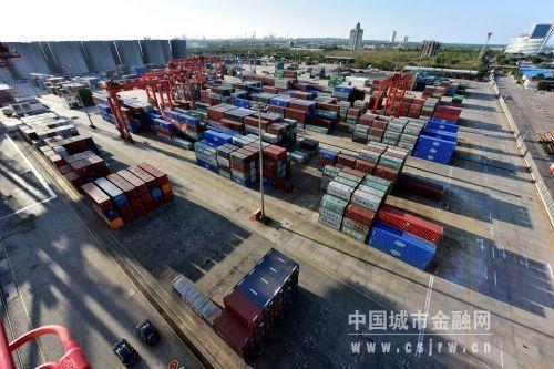 国投洋浦港集装箱堆场。摄影/章轲