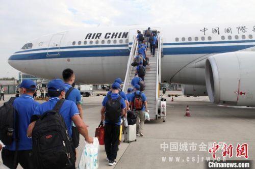 旅客开始登机。 国航供图 摄